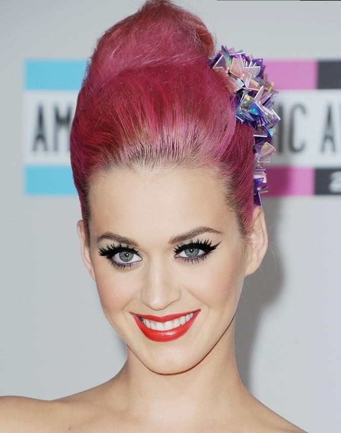 Regard de biche grâce à sa collection de faux cils (Katy Perry by Eylure). Katy est toute en beauté !