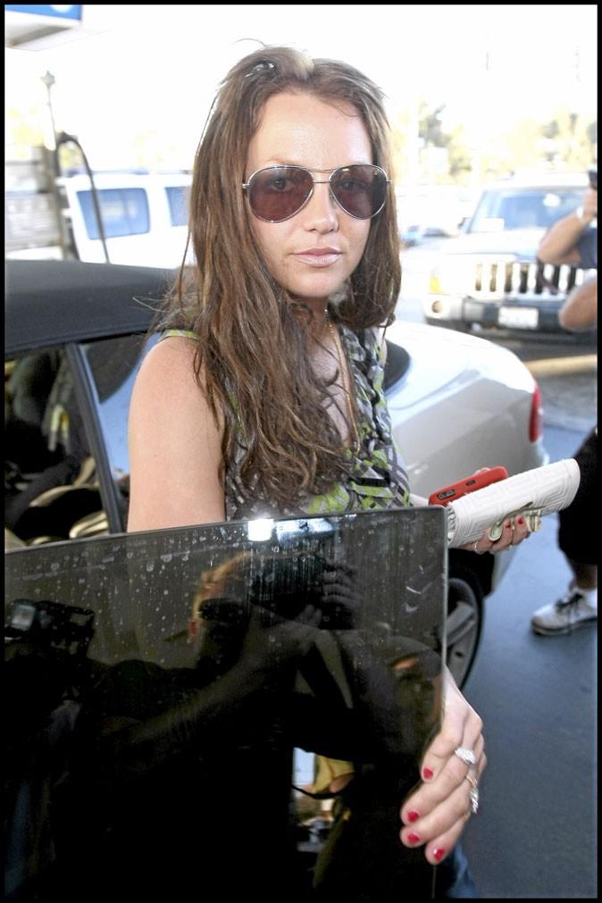 En pleine descente aux enfers, Britney ne fait plus attention à sa manucure !