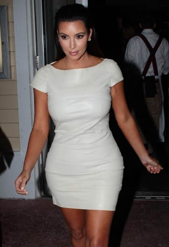 Kim Kardashian de face ou de profil ?