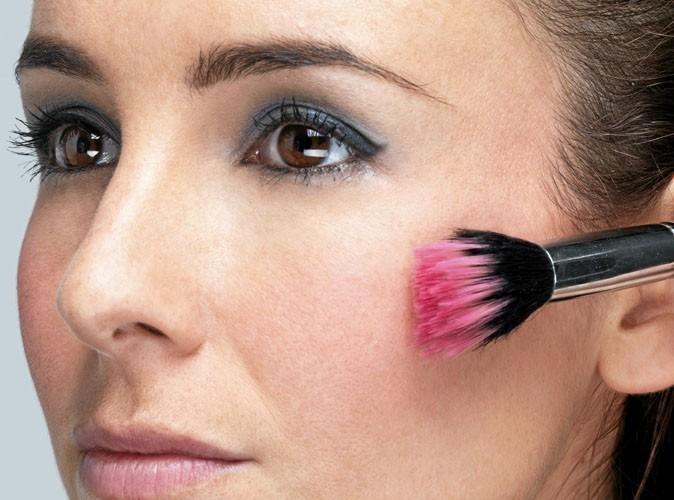 """Etape 5 du maquillage """"glacé"""" de Taylor Swift : Pommettes rosies"""