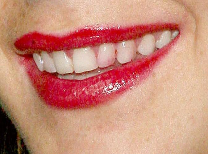 A qui appartient ce sourire taché de rouge à lèvres ?