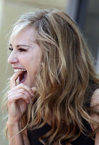 Pour Holly Hunter pas question d'avoir les dents sales, elle les nettoie jusqu'au fond ... mais avec ses doigts !