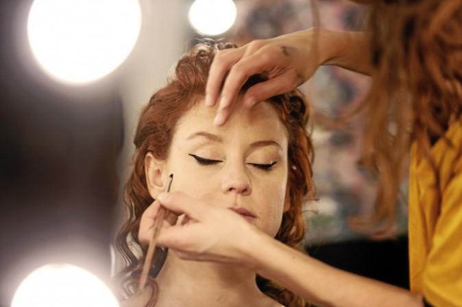 2 >> Une touche rétro Poser une touche de fard orange dans le pli des yeux, et avec un pinceau fin et un eye-liner, dessiner un trait au ras des c...