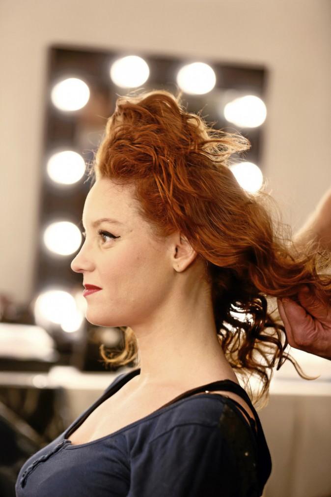 3 >> Aérez Passez le sèche-cheveux quelques minutes et défaites les boucles doucement avec les doigts, pour obtenir un aspect moins coiffé.