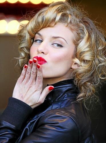 Glamour jusqu'au bout des ongles, l'actrice de 90210 assortit sa manucure à son lipstick !