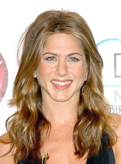 Jennifer Aniston : ses cheveux longs ondulés en mars 2005