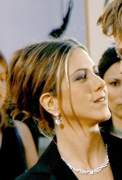 Jennifer Aniston : une coiffure chignon en janvier 2002