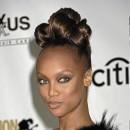 Cheveux afro : le chignon haut de Tyra Banks