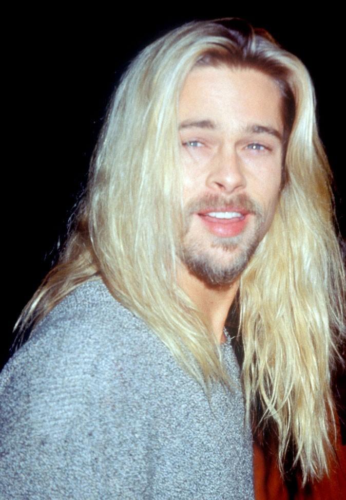 Coiffure de Brad Pitt : des cheveux longs blond décoloré en 1994