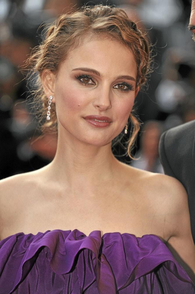 Coiffure de star : le chignon sur cheveux ondulés de Natalie Portman en 2008