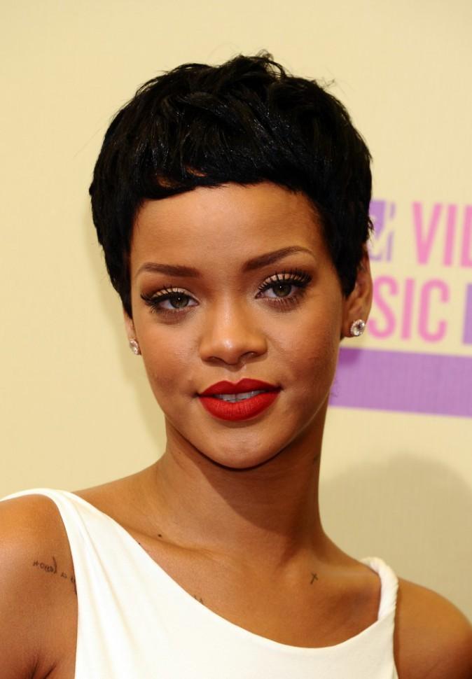 Coiffure de star : la coupe à la garçonne et cheveux noirs de jais de Rihanna en septembre 2012