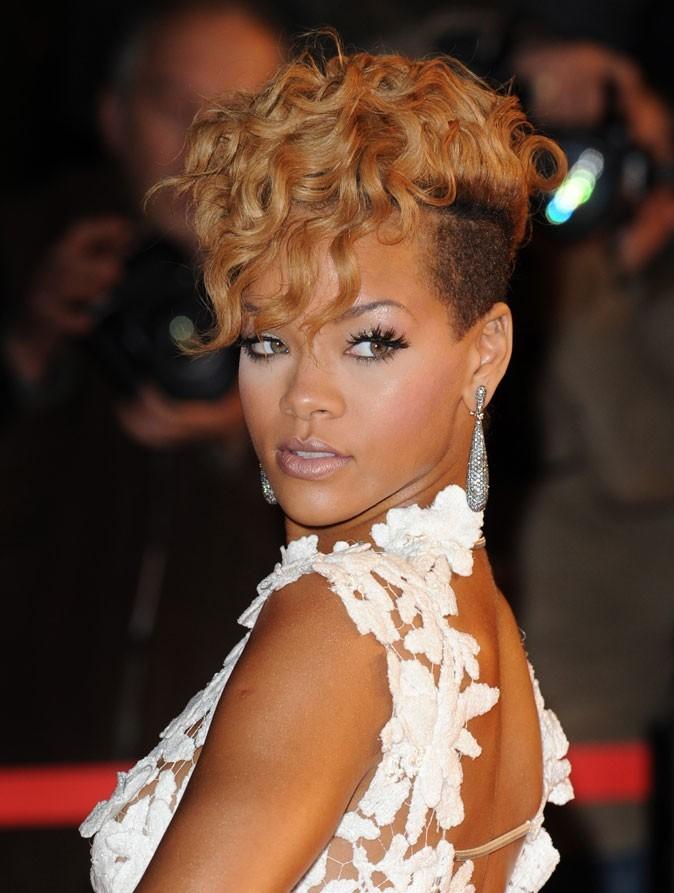 Coiffure de star : la coupe iroquoise bouclée blonde de Rihanna en 2010