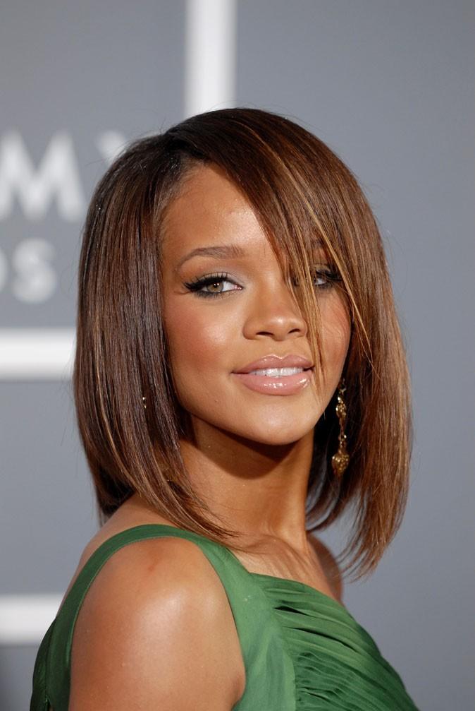 Coiffure de star : le carré mi-long avec mèche de Rihanna en 2007