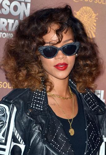 Coiffure de star : le cheveux bouclés et chatains de Rihanna en janvier 2013