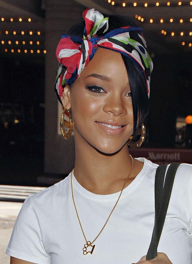 Coiffure de star : le foulard dans les cheveux de Rihanna en 2007