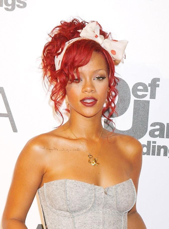 Coiffure de star : le headband romantique sur cheveux rouges de Rihanna en 2010