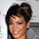 Coiffure de star : le headband sur cheveux courts de Rihanna en 2008