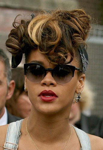 Coiffure de star : les cheveux aux mèches blondes relevés de Rihanna en septembre 2011