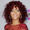 Coiffure de star : les cheveux frisés rouges de Rihanna en 2010
