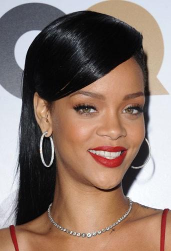 Coiffure de star : les cheveux longs noirs plaqués et rasés sur le côté de Rihanna en novembre 2012