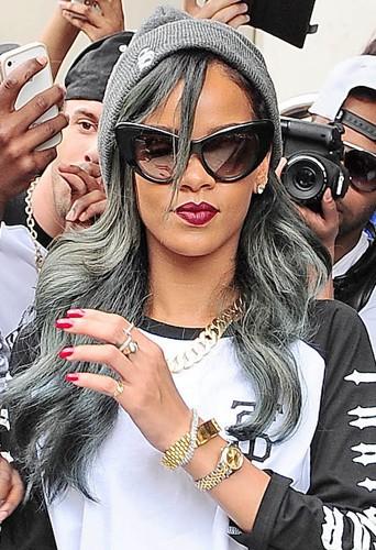 Coiffure de star : le gris glacé de Rihanna en juillet 2013