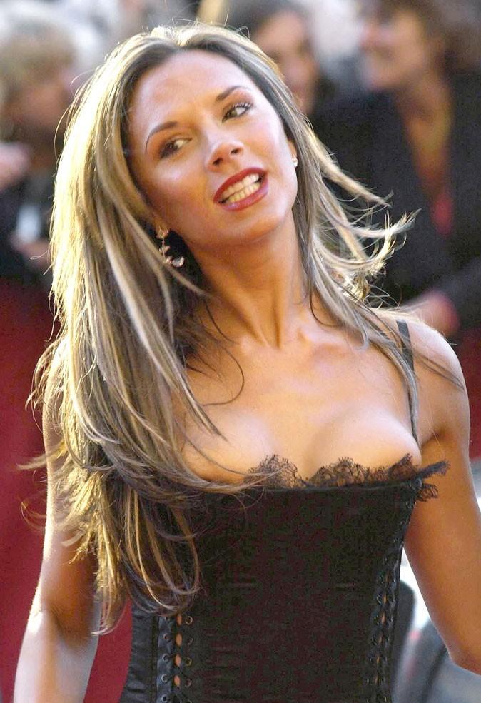 Les mèches blondes sur cheveux longs de Victoria Beckham en 2004 !
