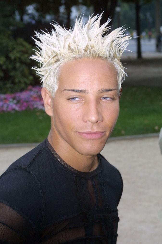 Coiffure de star : les cheveux blond décoloré de Steevy Boulay