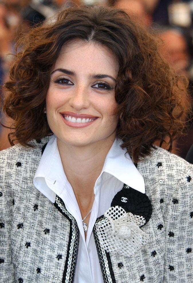 Coiffure de Penélope Cruz : la coupe au carré sur cheveux bouclés en 2003
