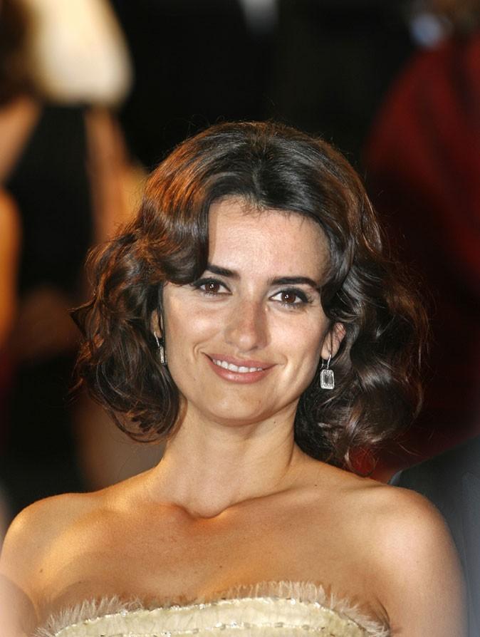 Coiffure de Penélope Cruz : les boucles rétro sur une coupe carrée en 2005