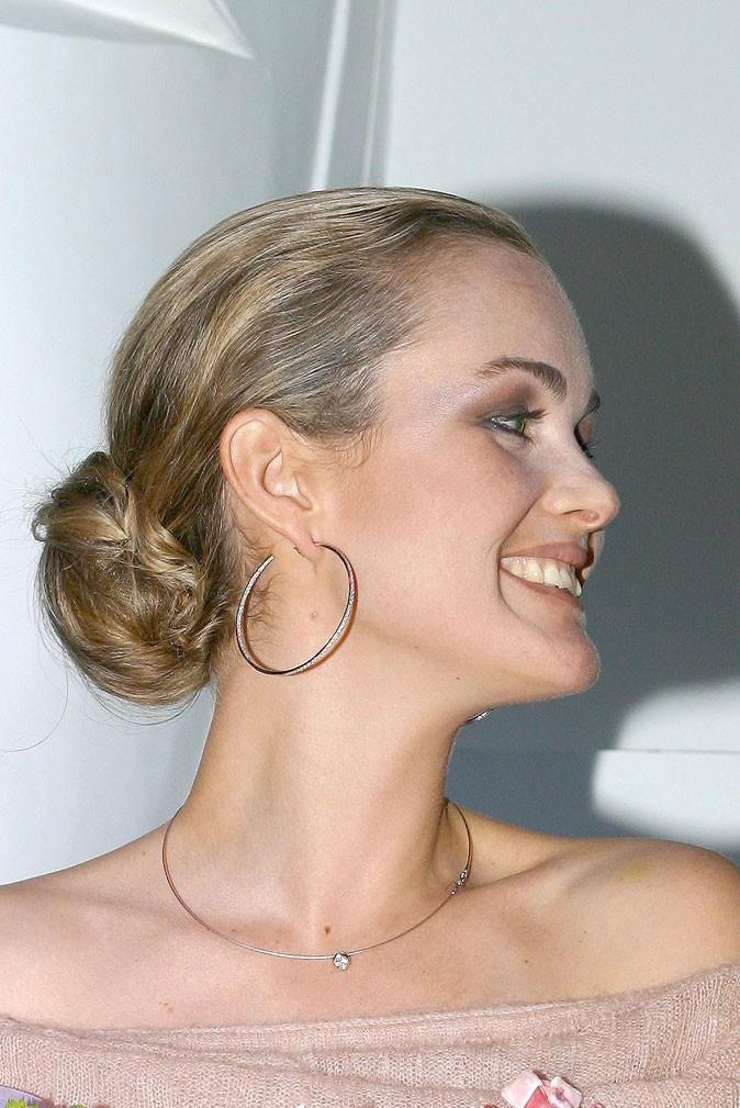 Coiffure de star : le chignon de danseuse de Laeticia Hallyday en octobre 2003