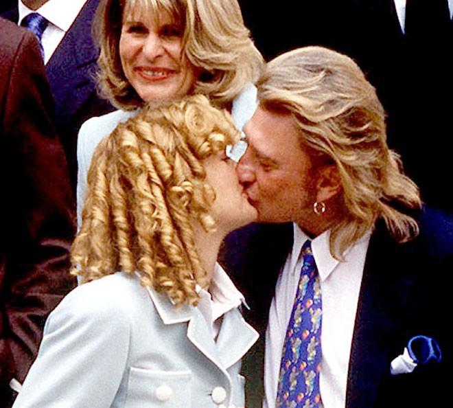 Coiffure de star : les anglaises de Laeticia Hallyday le 25 mars 1996, lors de son mariage avec Johnny Hallyday