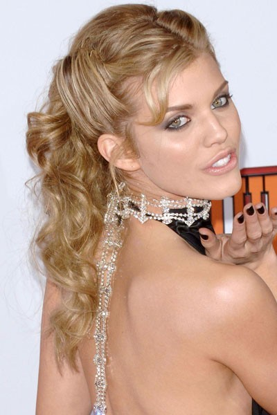 Coiffure de star : la demi-queue de cheval d'AnnaLynne Mccord