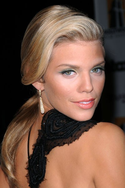 Coiffure de star : la queue de cheval basse d'AnnaLynne Mccord