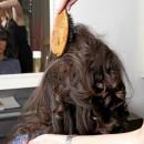 Mode d'emploi du chignon bouclé : le crêpage de chignon