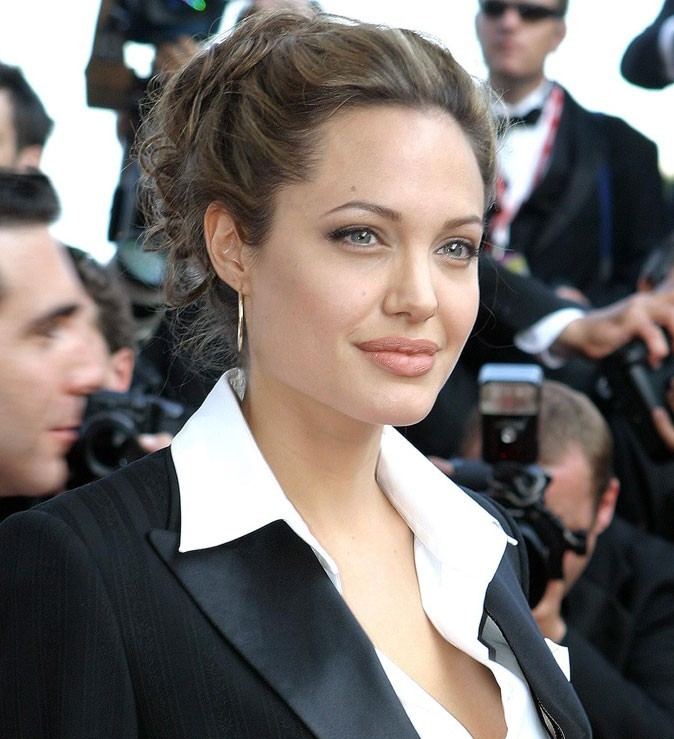 Angelina Jolie : un chignon flou en 2004