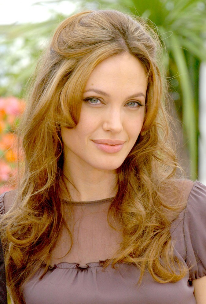 Angelina Jolie : une demi-queue bouclée sur cheveux presque blonds en 2007