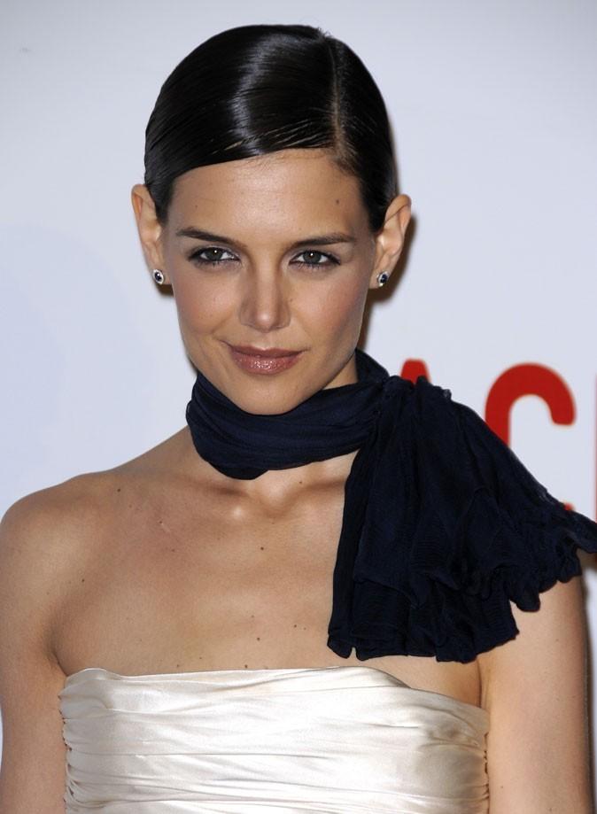 Coiffure de Katie Holmes en février 2008 : chignon plaqué et wet look