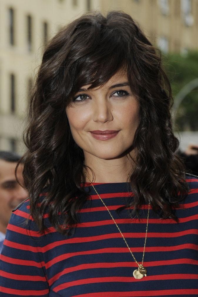 Coiffure de Katie Holmes en juillet 2010 : mèche frange et longueurs wavy
