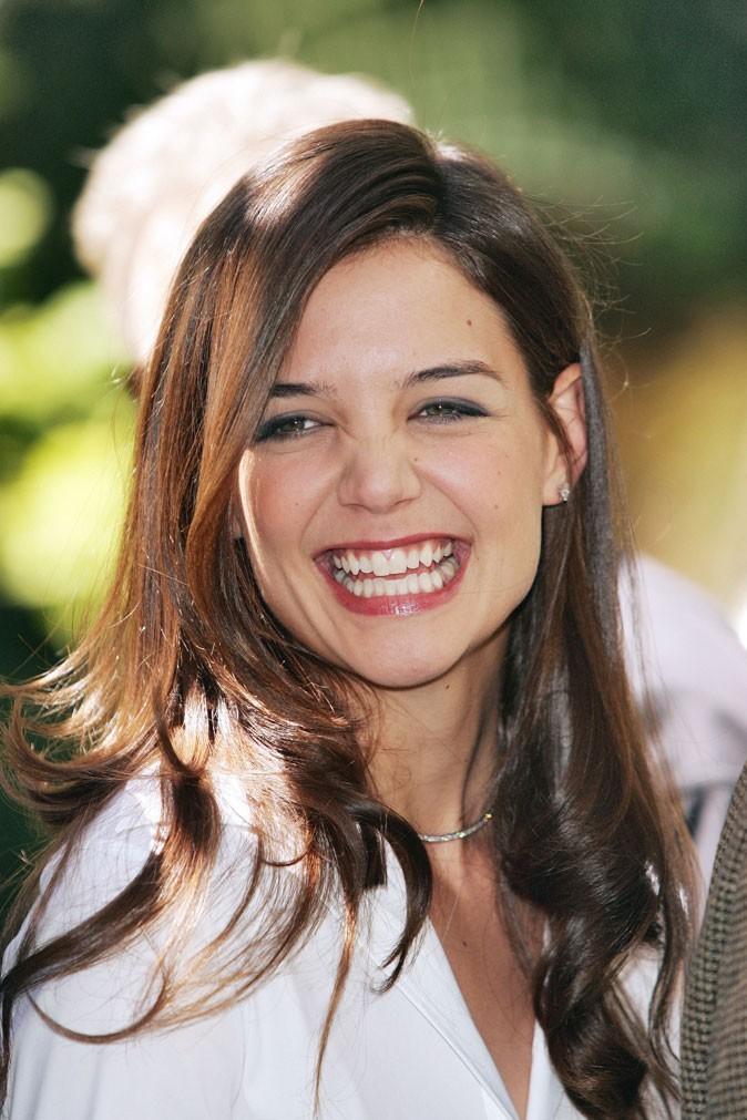 Coiffure de Katie Holmes en juin 2005 : raie sur le côté et longueurs lissées