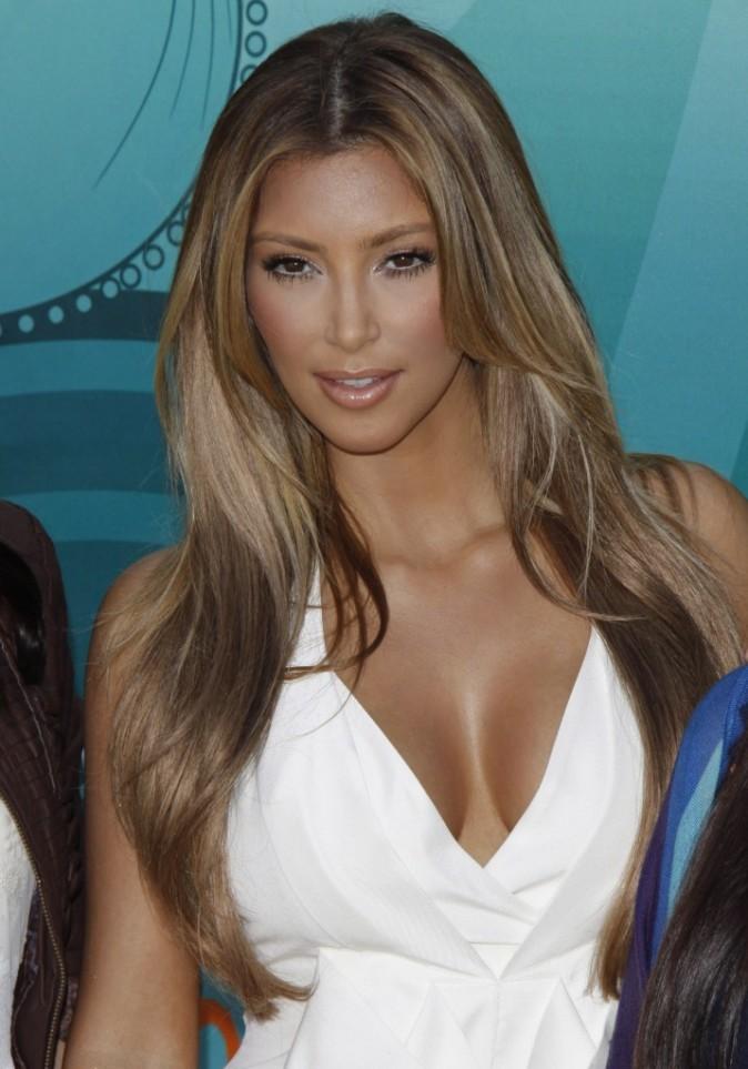 Août 2009 : la belle adopte un style California girl avec un balayage