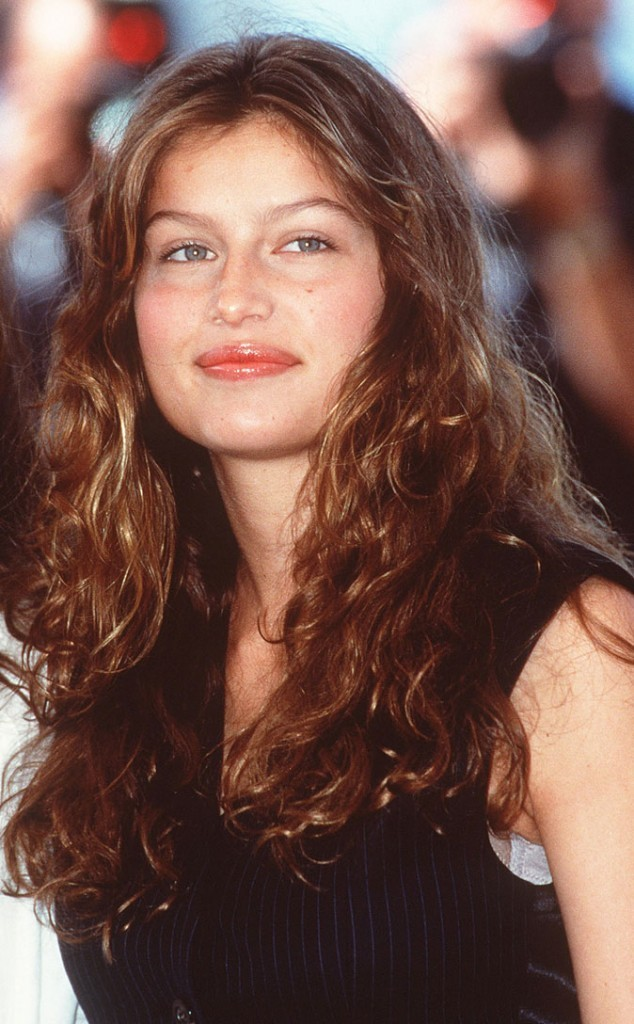 Coiffure de Laetitia Casta en 1999 : des cheveux longs ondulés