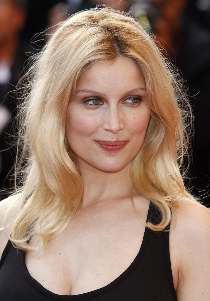 Coiffure de Laetitia Casta en 2009 : des cheveux blonds ébouriffés