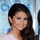Coiffure de Selena Gomez en janvier 2011 : les cheveux ramenés sur le côté