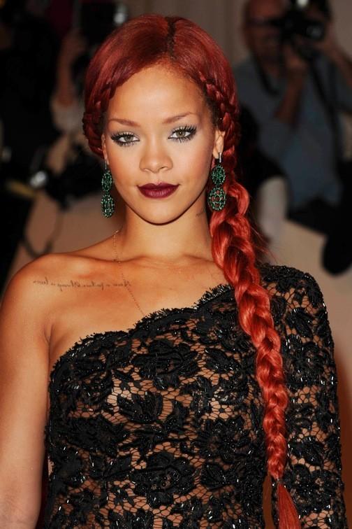 Rihanna et sa tresse sur le côté