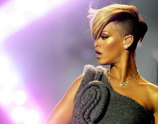 Rihanna passe en mode crête décolorée !