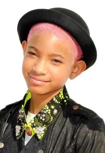 Chapeau melon et cheveux rasés roses pour Willow Smith le 31 mars 2012 !