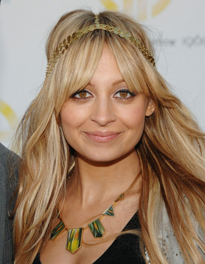 Le headband en métal doré de Nicole Richie en Juin 2009 !