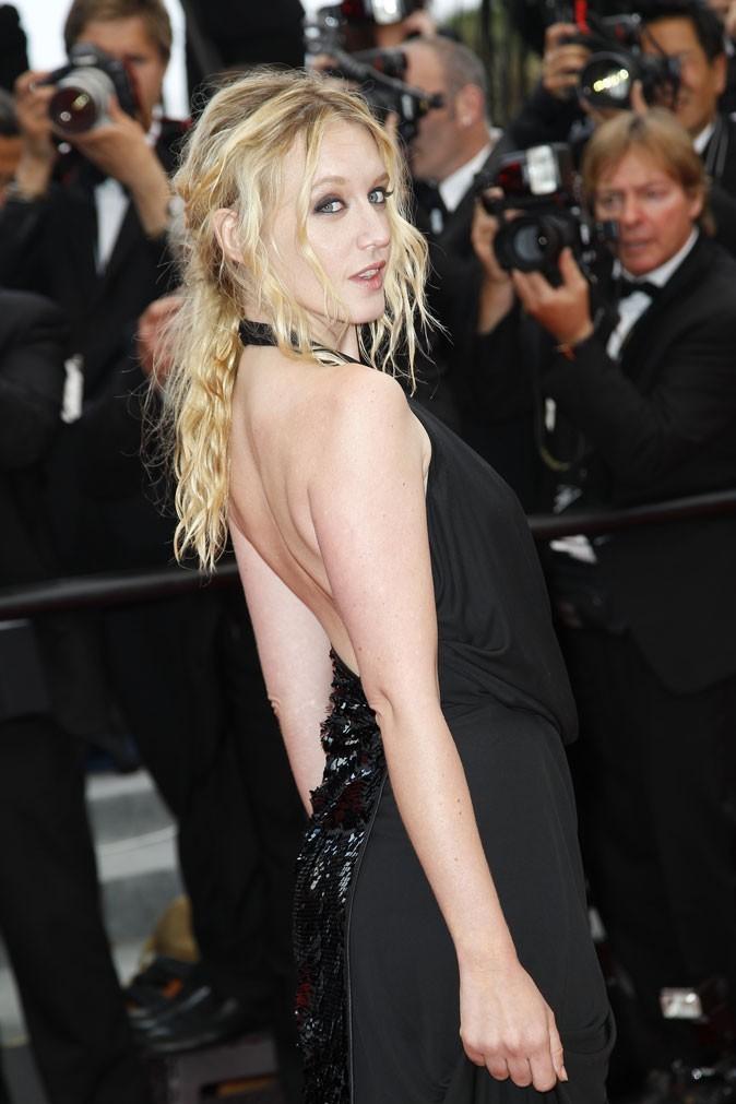 Coiffure de star au Festival de Cannes 2011 : la demi queue de cheval wavy de Ludivine Sagnier