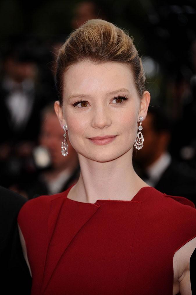 Coiffure de star au Festival de Cannes 2011 : le chignon coque de Mia Wasikowska