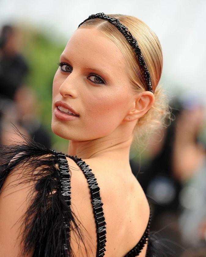 Coiffure de star au Festival de Cannes 2011 : le headband de Karolina Kurkova